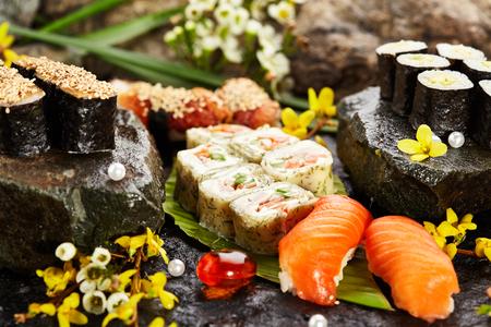 Set de sushi japonais - Divers Maki Sushi Roll et Nigiri Sushi. Cuisine japonaise et concept de fleur naturelle