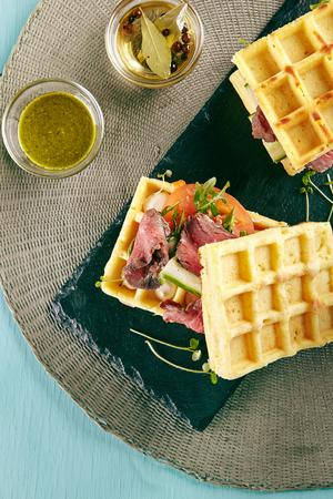 Restaurant Hot Starter Food - Zeldzame Beef Waffle Sandwich. Gourmet Restaurant Appetizers Menu. Zeldzame Beef Waffle Sandwich Geserveerd Met Groenten En Groenten