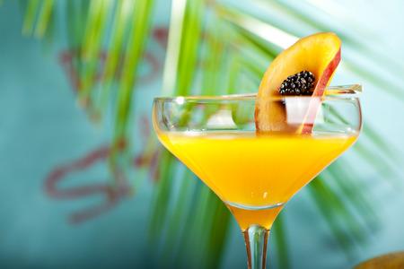 Летний коктейль - Порнозвезда Martini. Пейте с плодами страсти, водки, спиртного, ванильного сиропа, шампанского и лаймового сока. Тропический лист на фоне Фото со стока