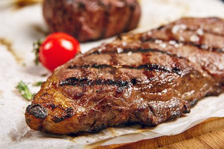 Gourmet Grill Restaurant Steak Menü - New York Rindersteak auf Holzuntergrund. Schwarzes Angus-Rindersteak. Beef Steak Abendessen