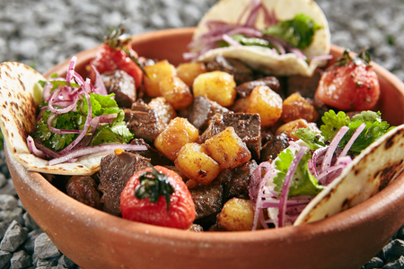 Homemade Azerbaijani Dzhiz-Byz, Jiz-Biz or Ezma with Roasted Lamb Liver, Heart and Lungs with Potatoes on Rustic Background. Grilled Offal and Vegetables with Flatbread on Natural Rustic Background Standard-Bild - 115864823