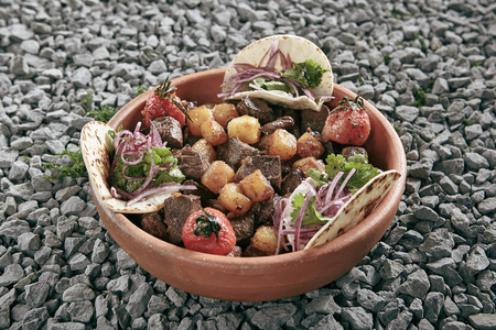 Homemade Azerbaijani Dzhiz-Byz, Jiz-Biz or Ezma with Roasted Lamb Liver, Heart and Lungs with Potatoes on Rustic Background. Grilled Offal and Vegetables with Flatbread on Natural Rustic Background Standard-Bild - 115864825