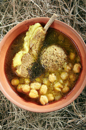 Homemade Kufta Bozbash Mutton Soup with Vegetables, Meat Balls and Spices in Vintage Ceramic Bowl Top View. Azerbaijani Clear Sturdy Seasoned Broth with Fat Lamb, Peas and Meatballs on Rustic Background Standard-Bild - 115864873