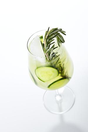 Rosemary Jin Tonic Cocktail con cetriolo e ghiaccio isolato su bianco