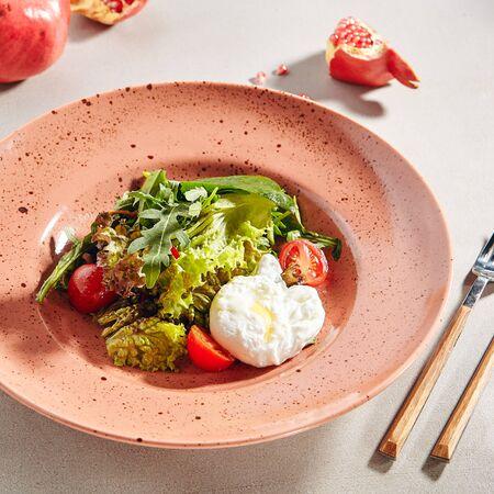 Salade de légumes frais et œufs pochés en gros plan Banque d'images