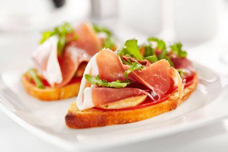 Bruschetta au jambon de Parme et au parmesan Banque d'images