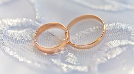 Wedding rings on a satiny fabric Stock Photo - 9357556