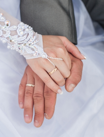 Hand of the groom and the bride with wedding rings 版權商用圖片