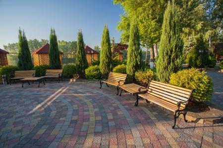 bench park: banco de parque de madera en un parque de verano