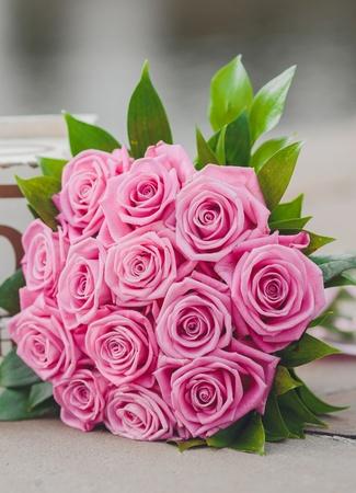 bouquet de fleur: Beau bouquet de mariage dans les mains de la mari?e Banque d'images