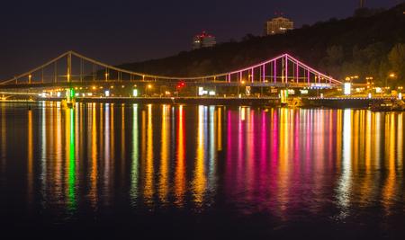 Foot bridge in Kiev at night. Ukraine. Banque d'images