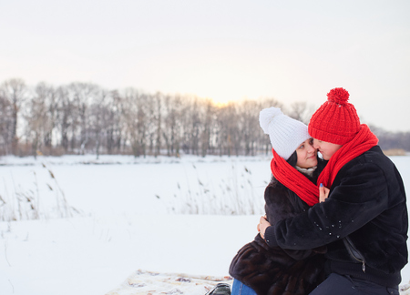 pareja abrazada: Joven pareja sonriente enamorada. Invierno