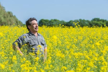 man in het veld blazen zijn neus en die lijden aan hooikoorts.