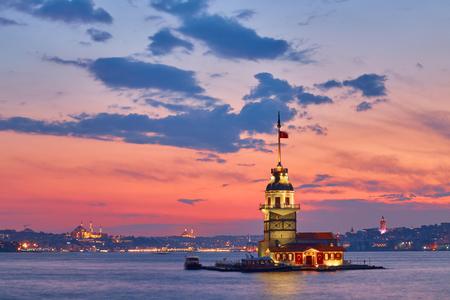 환상적인 일몰 동안 이스탄불에서 메이든의 타워의 사진.