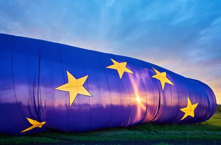 rise dans le ciel le plus grand drapeau de l & # 39 ; union européenne dans le monde Banque d'images