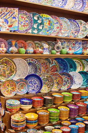 Traditional Turkish colorful ceramics, dishes, bowls, plates, cups, on the souvenir shop of Grand Bazaar. Istanbul, Turkey Archivio Fotografico