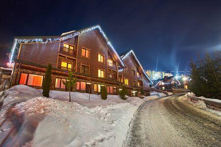 Station de ski dans le style d'un village alpin, maisons confortables pour se reposer la nuit en hiver