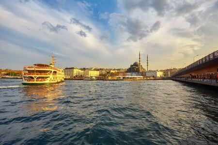 Bosporus mit einer alten Stadt auf einem Hintergrund, Istambul