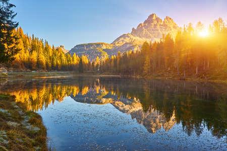 Morning view of Lago Antorno, Dolomites, Lake mountain landscape with Alps peak, Misurina, Cortina d'Ampezzo, Italy. 版權商用圖片