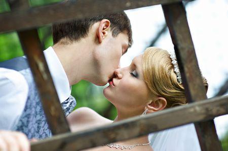 Поцелуй жениха и невесты на свадьбе прогулка