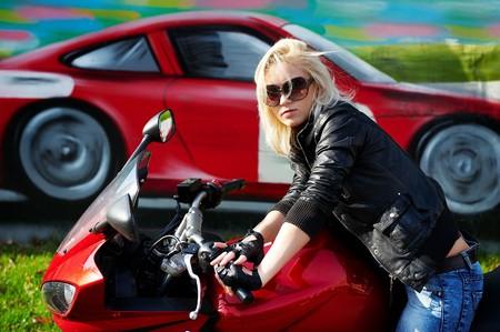 motorrad frau: Die Blonde auf einem roten Motorrad