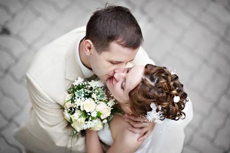 Romantic besar a la novia y el novio en el Paseo de boda