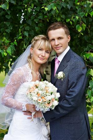vőlegény: Boldog menyasszony és a vőlegény esküvői séta a parkban