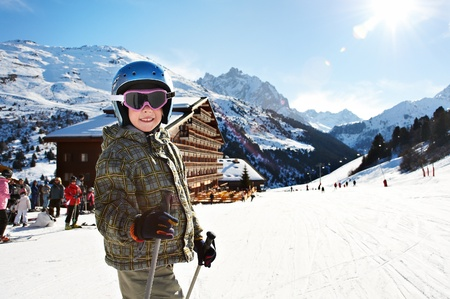 Малый лыжный ребенка на снежном склоне в курортной Фото со стока