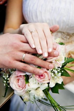 anillo de boda: Las manos con los anillos de boda los recién casados ??felices