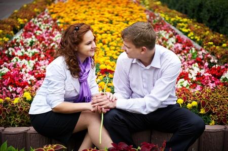 bondad: Las personas rom�nticas fecha los j�venes en el parque de las flores Foto de archivo
