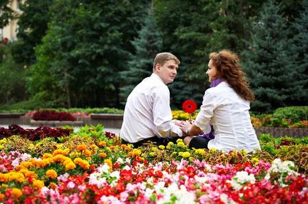 femme romantique: Personnes rendez-vous romantique jeunes dans le parc floral Banque d'images