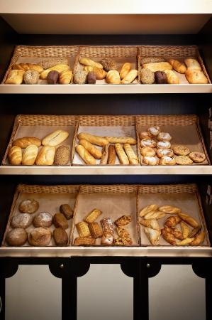 Полки с хлебом в маленький магазин