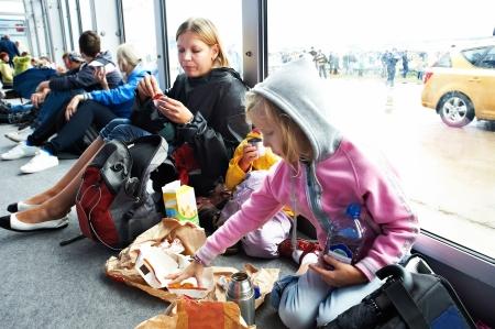 reservacion: Refugiados en espera de ser enviado a la reserva en el aeropuerto Foto de archivo