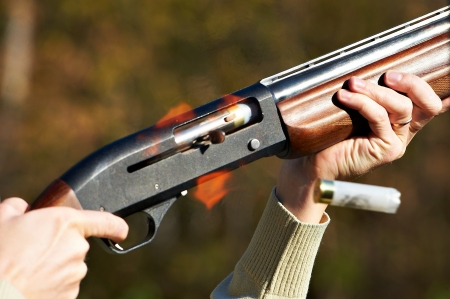 tiro al blanco: Tiempo de disparo de arma de fuego. Saliendo manga.