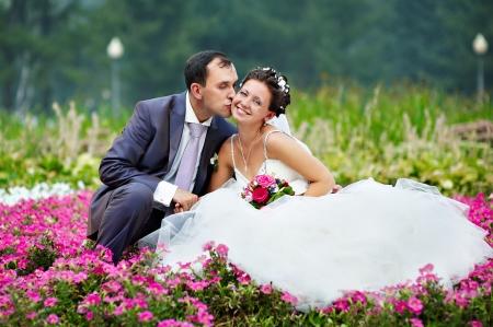 Поцелуй жених и счастливая невеста в свадебном ходьбы