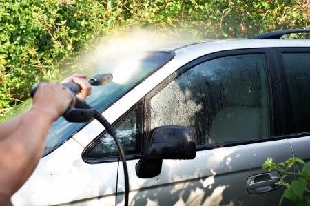 jet stream: Lavado de coches al aire libre con agua a presi�n Foto de archivo