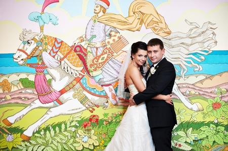 Feliz novia y el novio en fondo de los cuentos de hadas en el palacio de lujo Foto de archivo - 16253715