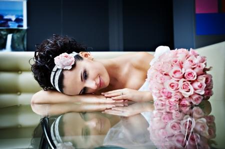 Романтическая невеста с свадебным букетом на роскошь современного интерьера Фото со стока - 17450423