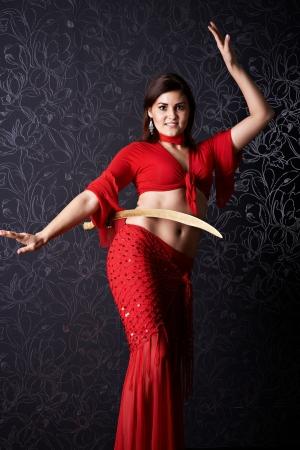 bailarinas arabes: Belleza chica baila la danza oriental con sable Foto de archivo