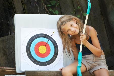 bow hair: Ni�a feliz con el arco y apuntar deportes