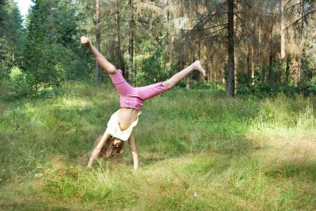 Fille tombe salto sur l'herbe