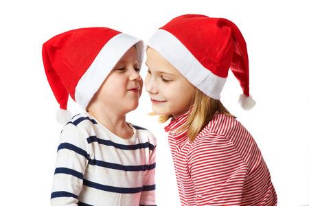 blithe: Ni�a y ni�o peque�o sombrero de Santa Claus en el fondo blanco Foto de archivo