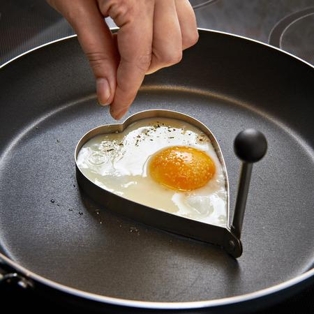 desayuno romantico: Especias mezclas de huevos fritos en forma de coraz�n