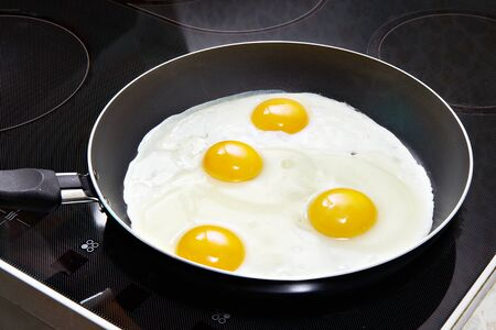huevos estrellados: Huevos fritos cerca en vitrocer�mica