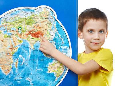 小さな男の子は、世界地図上の場所をポイントします。 写真素材