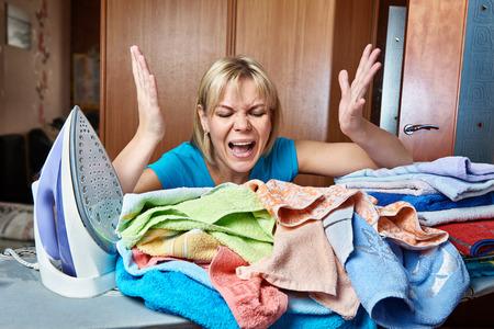 mujer ama de casa: Enojado y cansado mujer ama de casa de la tabla de planchar