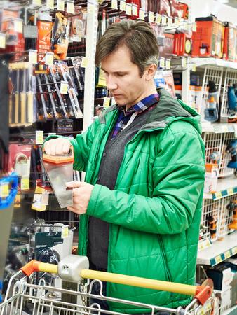 Человек Покупка Ручная пила В Hardware Store,