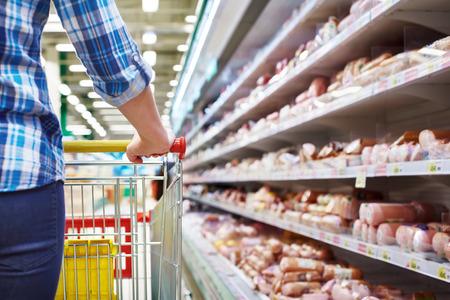 carnes rojas: Cesta comprador en un supermercado de cerca