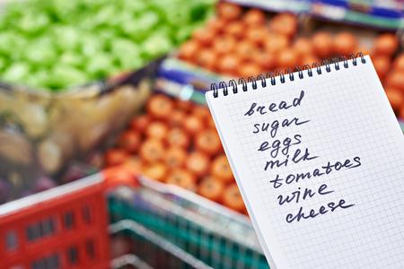 Shopping list nelle mani di una donna in un supermercato Archivio Fotografico - 37562846