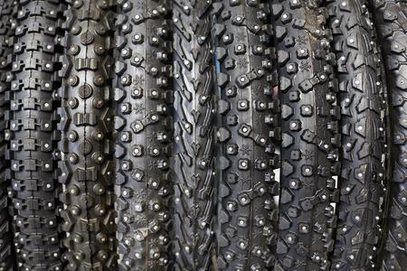 banda de rodamiento: Nuevos neum�ticos de bicicleta de invierno con diferentes primer banda de rodadura Foto de archivo